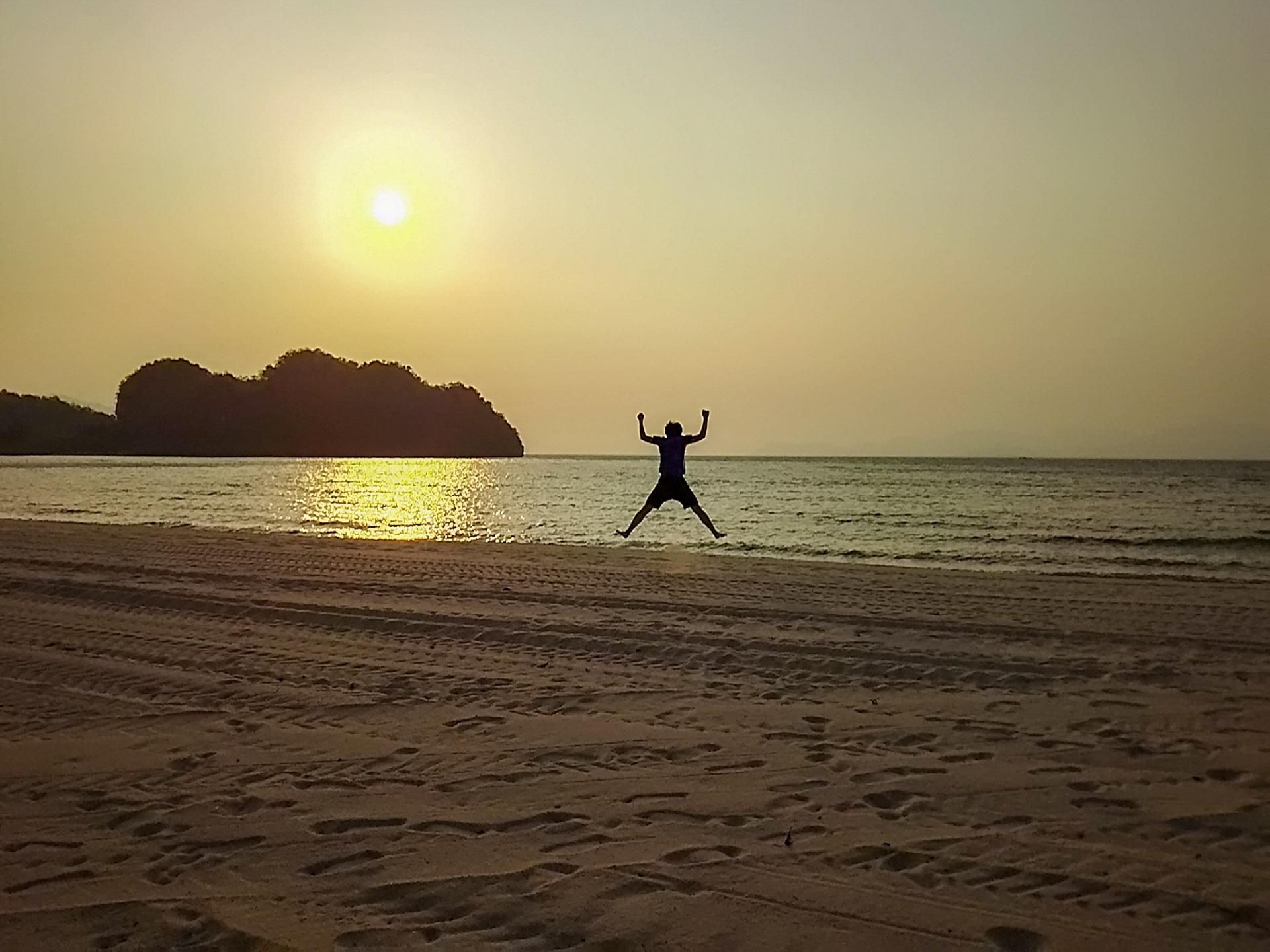 海岸からの日の出風景